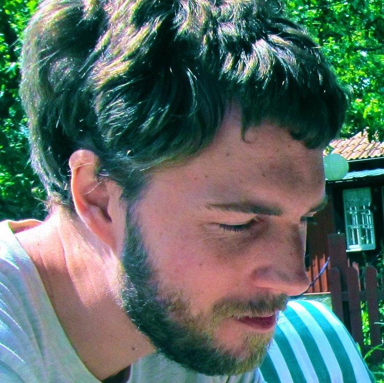 Christian Ekvall (nacido en 1978) es un traductor, escritor y músico sueco que ha crecido en una pequeña isla del mar Báltico. En el año 1999, fundó el grupo de música psicodélica Octopus Ride, todavía activo. Seis años más tarde, concluyó sus estudios de maestría en Escritura Creativa en la Universidad de Lund, y luego se mudó temporalmente en la Argentina, donde comenzó a trabajar como traductor de ficción. Tradujo, entre otros, El gran Gatsby, de F. Scott Fitzgerald, obras de Djuna Barnes, Woody Allen, Lewis Carroll y la mayor parte de las novelas de Ernest Hemingway. Trabajos de su autoría fueron publicados en las prestigiosas revistas suecas Subaltern y Staden.