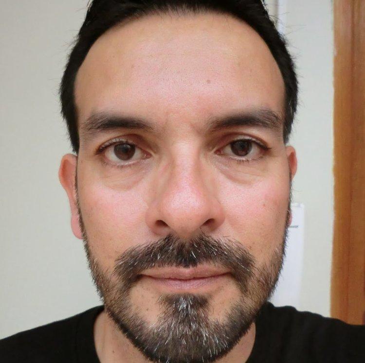 Dante Herrera es un escritor y educador radicado en el Perú. Ha publicado dos libros de poemas y actualmente se encuentra escribiendo un libro de relatos.